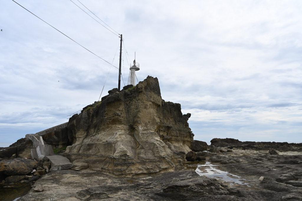 ゴジラ岩近くの灯台 男鹿半島
